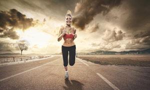 在户外跑步的美女人物摄影高清图片