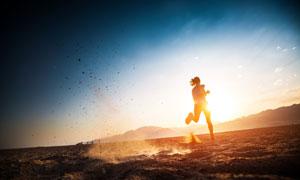 黄昏野外跑步美女人物摄影高清图片