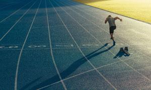 在专业赛道上的短跑运动员高清图片