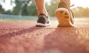 跑道上的运动人物鞋底特写高清图片