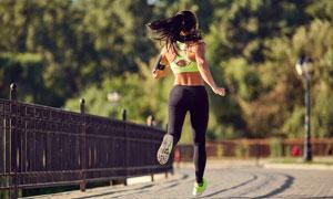 在公园跑步的美女人物摄影高清图片