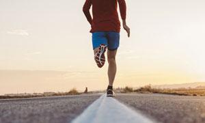 户外公路上跑步的男子摄影高清图片