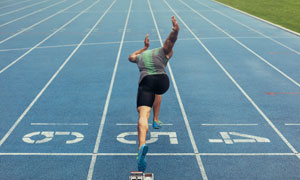 蓝色跑道起点出发的运动员高清图片