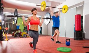 在练习举重项目的健身人物高清图片