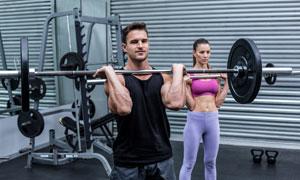 杠铃做力量训练的男女摄影高清图片