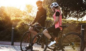 一起结伴去骑行的男女摄影高清图片