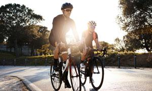 公路上骑行的自行车手摄影高清图片