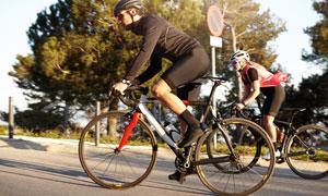 在爬坡路段骑行的运动人物高清图片