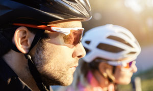 穿戴整齐的自行车车手特写高清图片