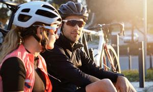 骑行途中停下来休息的车手高清图片
