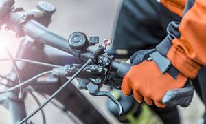 握着车把的自行车车手局部摄影图片
