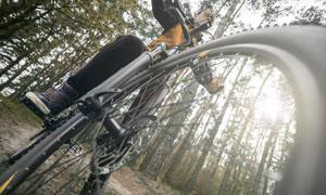 仰拍视角自行车手人物摄影高清图片