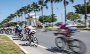 参加公路自行车比赛的车手高清图片