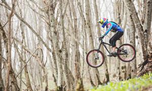 树林中腾空而起的骑行人物高清图片