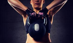 双手提壶铃的健身人物摄影高清图片