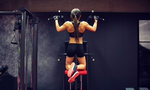 做引体向上的健身美女摄影高清图片