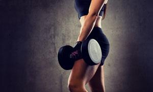 单手提哑铃的健身人物摄影高清图片