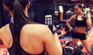 用手机自拍的运动人物摄影高清图片