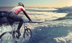 山地车车手与山峦云海摄影高清图片