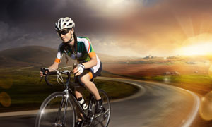 山间野外骑行美女人物摄影高清图片