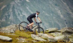 在山上骑车的自行车手摄影高清图片