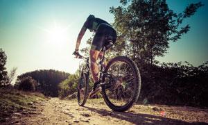 爬坡骑行的自行车车手摄影高清图片