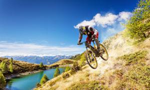 从山坡上冲下来的自行车手高清图片