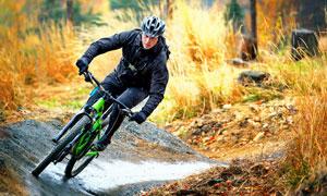 戴头盔穿冲锋衣的骑行人物高清图片