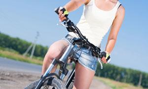 在途中停下的骑车人物局部摄影图片