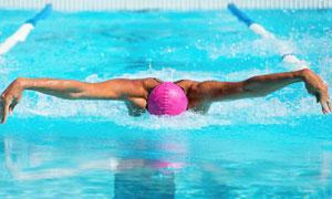 泳池中的蝶泳人物特写摄影高清图片