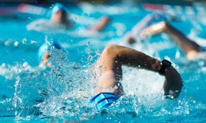 在奋力前行的游泳人物摄影高清图片