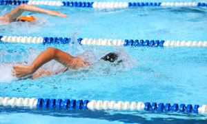 泳池中溅起水花的人物摄影高清图片