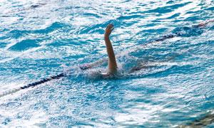 泳池中摆动手臂前行的游泳人物图片