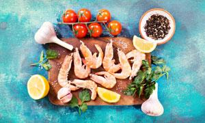 番茄与砧板上的大虾等食材高清图片