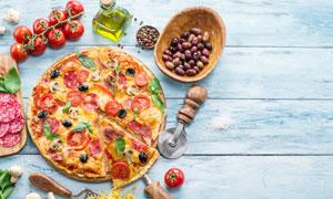 摆放在桌上的美味披萨摄影高清图片