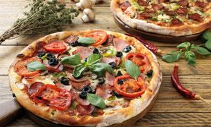 烤制好的两块披萨特写摄影高清图片