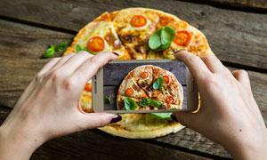 手机镜头中呈现的美味披萨高清图片