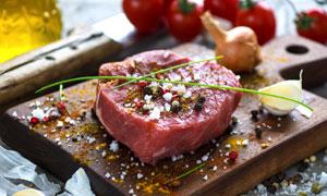 洒了多种调味料的牛排摄影高清图片