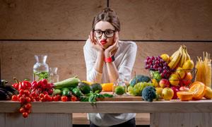 对水果蔬菜犯愁的美女摄影高清图片
