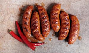 辣椒与烤好的美味香肠摄影高清图片