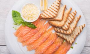三文鱼切片与烤吐司等摄影高清图片