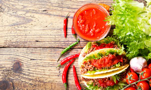 蔬菜与美味肉酱饼特写摄影高清图片
