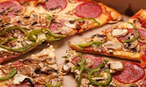 烤制并切开的披萨特写摄影高清图片