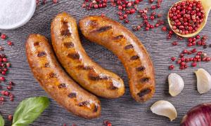 调味料与美味烤肠特写摄影高清图片