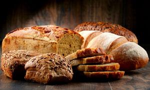 切开成片状的全麦面包摄影高清图片
