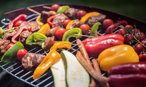 在烧烤架上的蔬菜肉食摄影高清图片