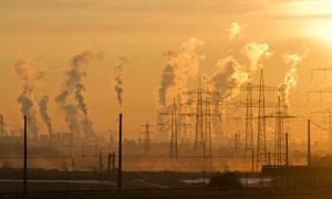 黄昏电塔与冒着白烟的工厂高清图片