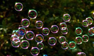 飘散到空中的肥皂泡泡摄影高清图片