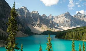 湖泊与连绵起伏的大山摄影高清图片