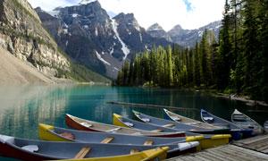 高山树林与湖边的小船摄影高清图片